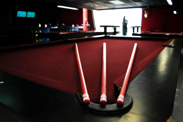 pool-cue-and-pool-table